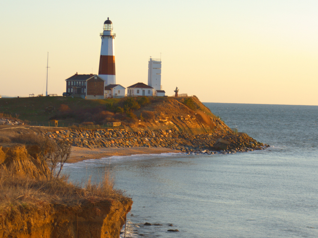 montauk-point-lighthouse-as-the-sun-comes-up